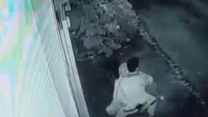 Kabur Saat si Cewek Lihat Kamera CCTV Muda Mudi yang Berbuat Mesum di Atas Motor