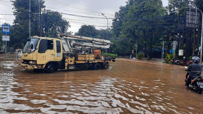 Jalan Raya Pejaten Barat Ditutup Sementara Banjir Belum Surut