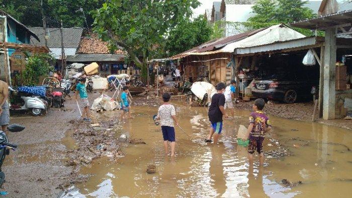 Warga RT 09 Jati Padang Keluhkan Minimnya Bantuan Perlengkapan buat Balita Pasca Banjir